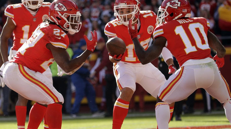 Hunt, defense spur Chiefs to 26-15 victory over Raiders