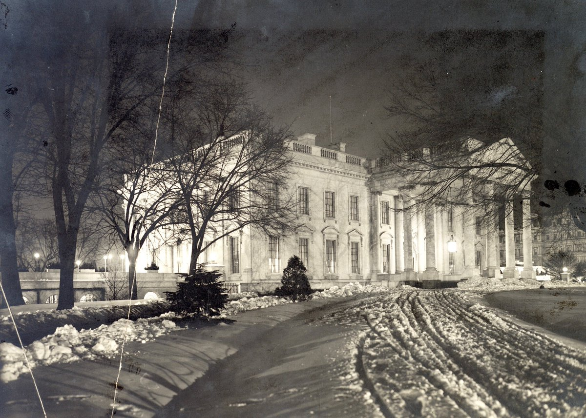 RT @BeschlossDC: White House photographed at night, under snow, 1907:     #LOC https://t.co/7t2rSfa5Kn