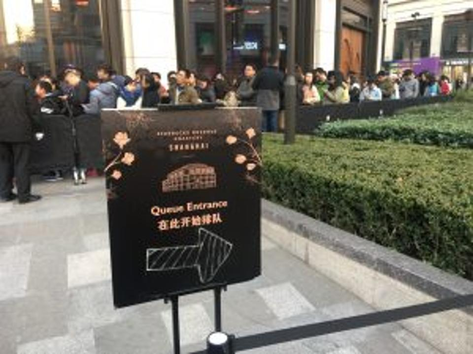 test Twitter Media - Curious Shanghai fans are still lining up at the world's biggest Starbucks https://t.co/z21VKf4WG9 https://t.co/v0foyahtnz
