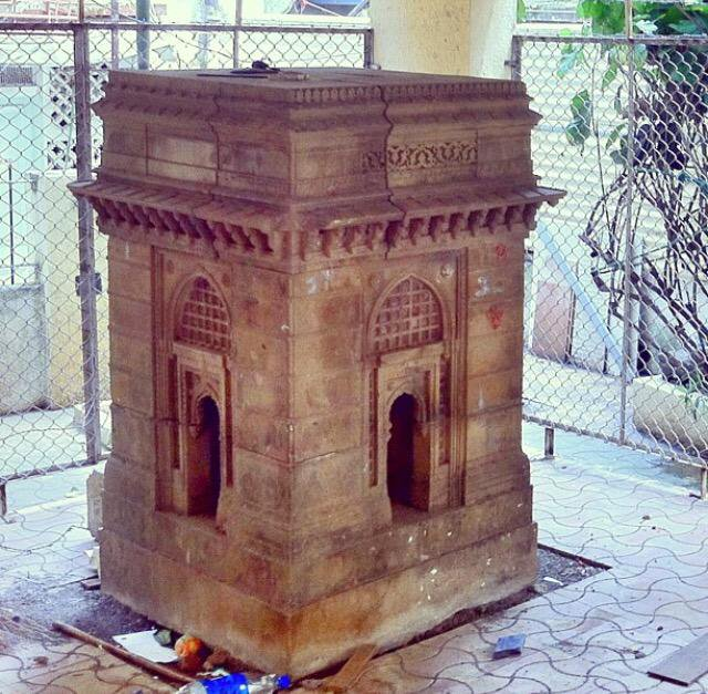 Located at Gamdevi, this 6-Ft miniature replica of Gateway of India was built by Raobahadur Yeshwantrao Harishchandra Desai. The stone used in this replica & the original Gateway of India is same https://t.co/GWhqInS7Ca