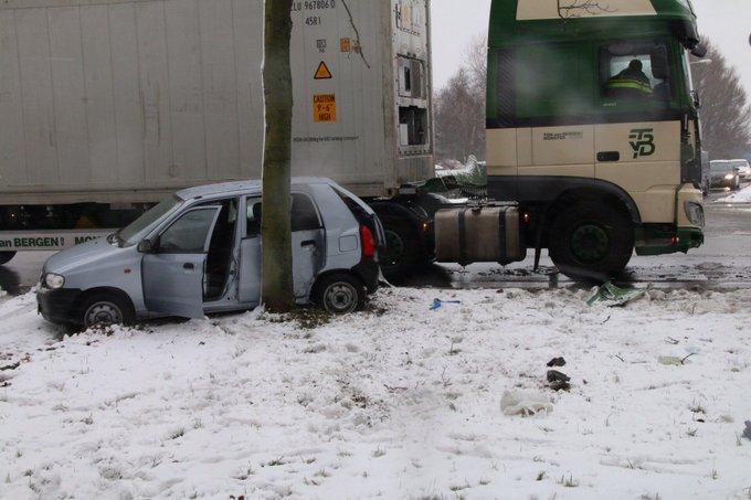Aanrijding auto-vrachtwagen aan de Erasmusweg Den Haag. Een persoon in de ambulance. Niet echt druk op de weg https://t.co/ucTbd3uN8J