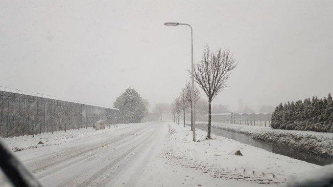 Zware sneeuwval in de regio. Uitkijken gladheid en zicht is  +- 100 mtr op de weg. Code Rood. https://t.co/HUCkRZBZZE
