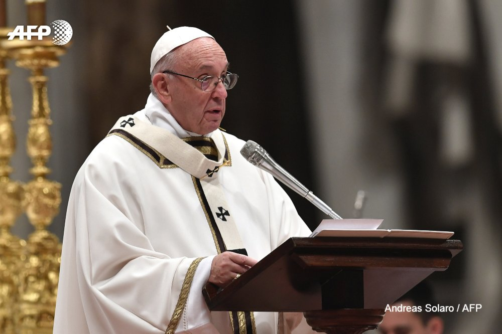 Pope pleads for migrants at Christmas mass