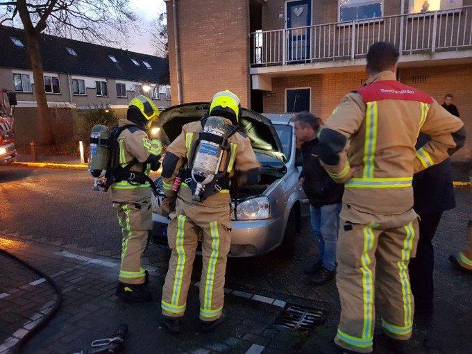 Voertuig brandje in Poeldijk. Valt gelukkig mee. Beetje rook onder de motorkap. Brandweer tp. https://t.co/zG1Xnfjmts