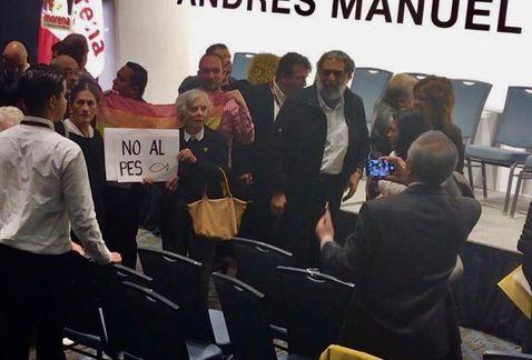 Elena Poniatowska protesta contra el #PES en presentación de #GabineteAMLO https://t.co/3M1EMFB8NJ #Elecciones2018 https://t.co/KiKwfXZGBA