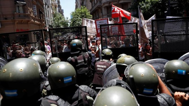 Argentina: Reforma sobre pensiones quedó aplazada tras caótico día de violencia