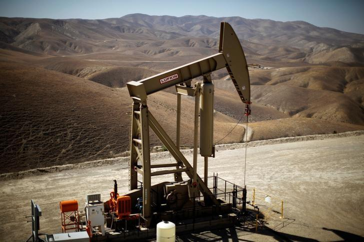 Oil stable on tighter market, but rising US output looms for 2018 https://t.co/t5FWQwvvph https://t.co/0fhruhmgFZ