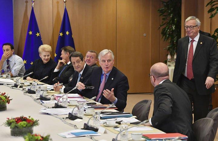 @BroadcastImagem: Negociações da segunda fase do Brexit devem iniciar em março de 2018. Geert Vanden Wijngaert/AP