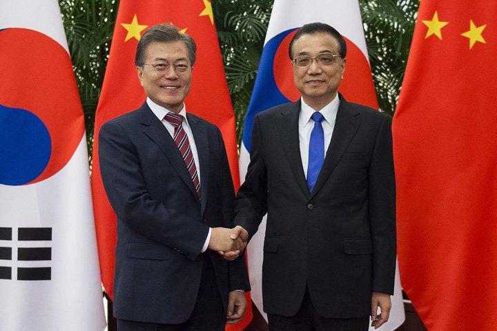 @BroadcastImagem: Moon Jae-in, da Coreia do Sul, é recebido pelo chinês Li Keqiang, em Pequim. Nicolas Asfouri/AP