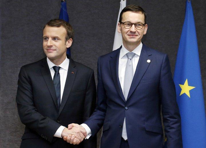 @BroadcastImagem: Macron encontra o primeiro-ministro da Polônia, Mateusz Morawiecki, na sede da UE, em Bruxelas. Francois Lenoir/AP