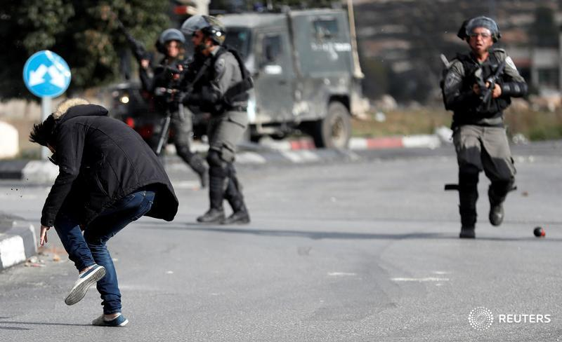 test Twitter Media - Israeli police shoot man they say stabbed and hurt one of their unit near Ramallah in the West Bank. Read the story: https://t.co/BUZLMaeTkk https://t.co/9nyq1cC4IY