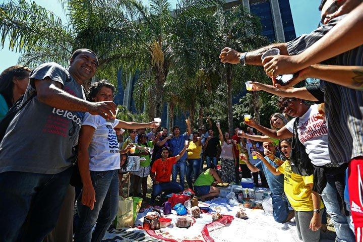 @BroadcastImagem: Jornada de Lutas oferece ceia para desempregados e moradores de rua na Prefeitura do Rio. Fábio Motta/Estadão