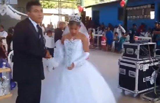▶ VIDEO: ¿La boda MÁS TRISTE de #México?   Así fue la 'fiesta' de un matrimonio arreglado   https://t.co/UeDYVdmMT9 https://t.co/UFXFMXAVsj