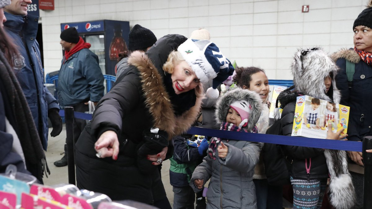 We've turned Yankee Stadium into a ❄️Winter Wonderland ❄️!   5,000 kids from the Bronx get to enjoy the holiday extravaganza, which includes music, hot cocoa, and toys! https://t.co/FYaz5YUIq9