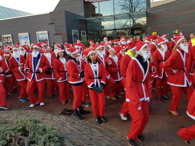 Naaldwijk Zojuist is in het centrum voor de eerste keer  Santa Run gestart met 324 deelnemers. https://t.co/0PzwhWnTGw