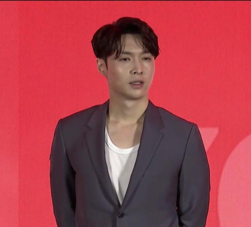 Middle parted hair Yixing and that sexy earring again? CALL AN AMBULANCE https://t.co/wDvO8RIbA6