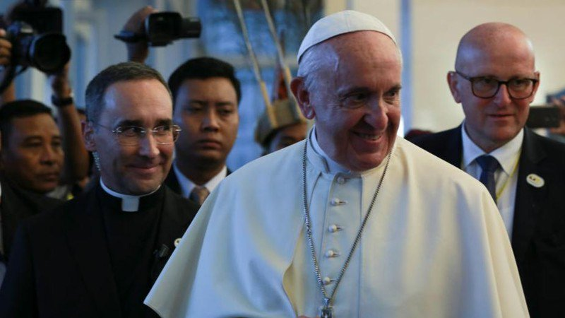 Pope Francis criticizes journalists for reporting old scandals