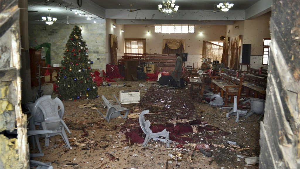 Suicide bomber kills 7 at church in Pakistan