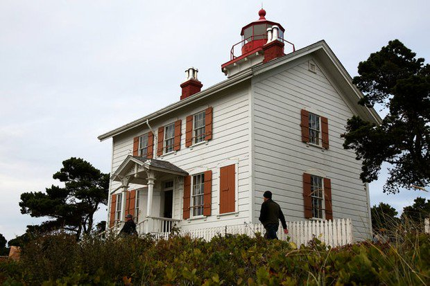 Yaquina Bay Lighthouse is an overlooked beauty on the Oregon coast