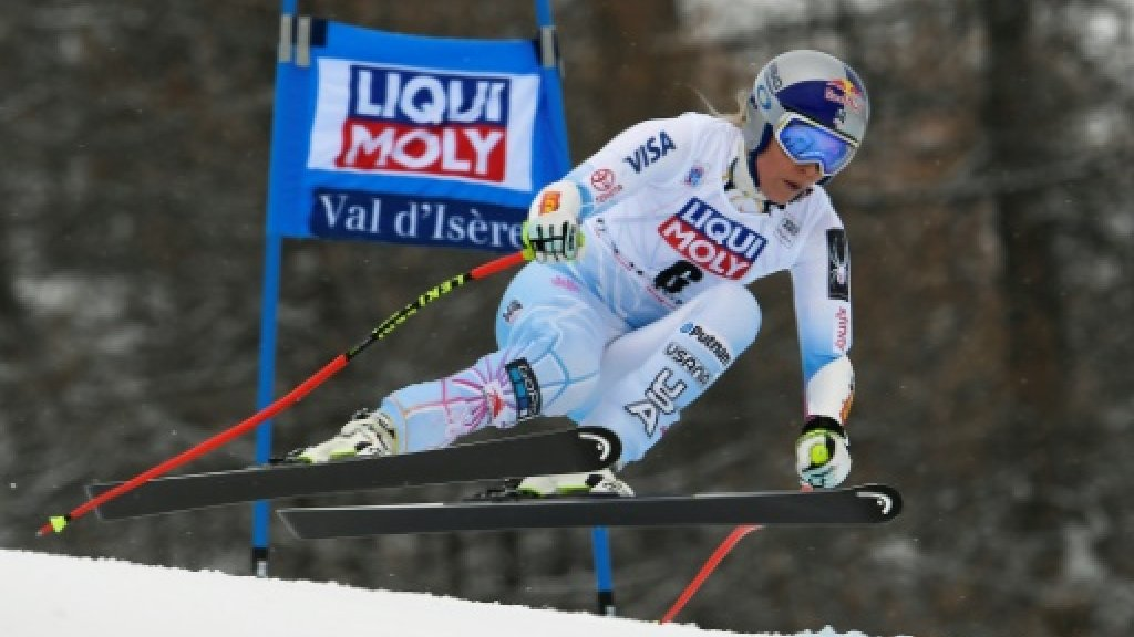 US ski star Vonn out of super-G with knee pain