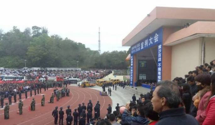 China: thousands of onlookers as 10 people are sentenced to death in sports stadium