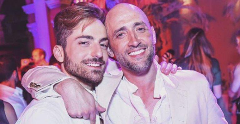 Marido Gustavo. Foto do site da Contigo que mostra Paulo Gustavo e o marido lamentam a perda dos filhos gêmeos: Momento super difícil
