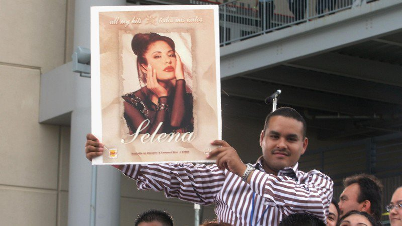 Texas family's Christmas light show pays tribute to Selena