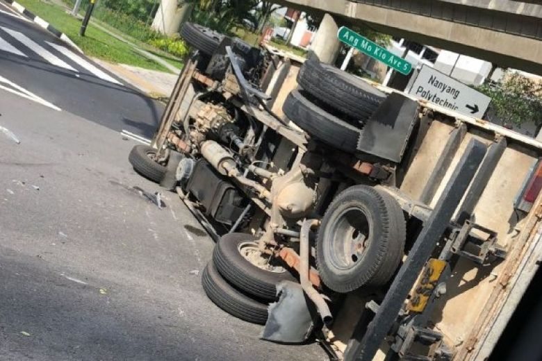 Lorry overturns, blocks lane in Ang Mo Kio accident that injures 4 people