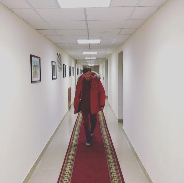 Жена шьёт одежду, Майкл Джордан снабжает кроссовками. Я хожу по коридорам. Всем выходных! https://t.co/MOebyHmDAi
