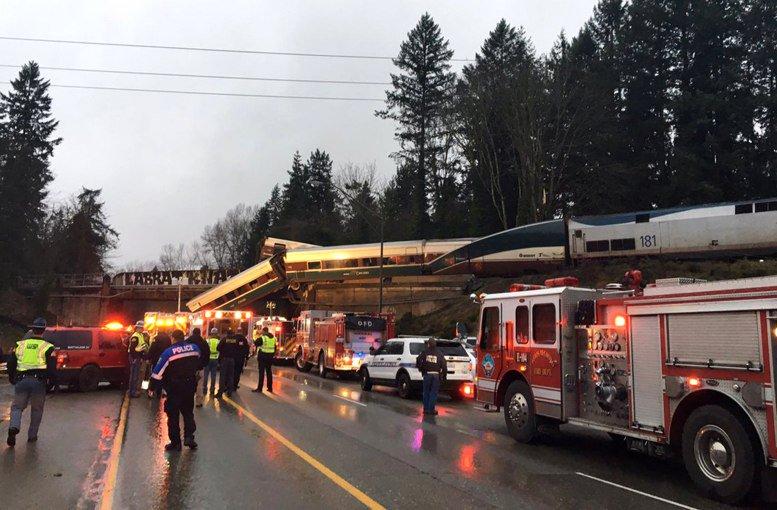 Por lo menos seis muertos en descarrilamiento de tren cerca de Seattle