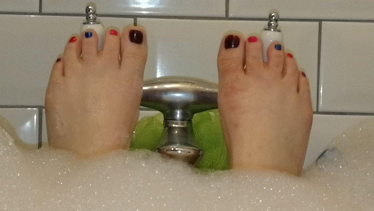 Rainbow bath toes 😊 C28mZ920hA