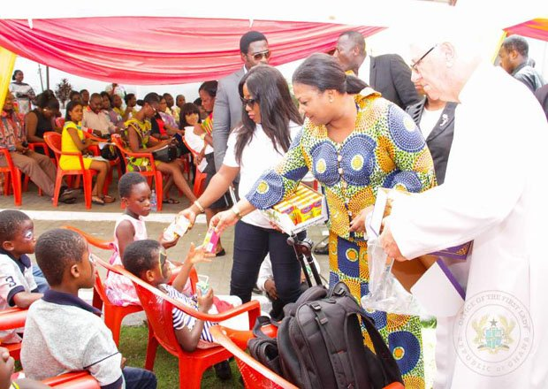 First Lady Fetes Children's Hospital Inmates