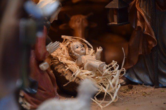 """""""Contemplemos… la dulzura al verlo recostado, la ternura de los pañales que lo cubren. Allí está Dios"""". Papa Francisco.  #DerribandoMuros con la venida del@Elpapafrancisco@Hdecristo @UnTecho https://t.co/D91YoD8GOu"""