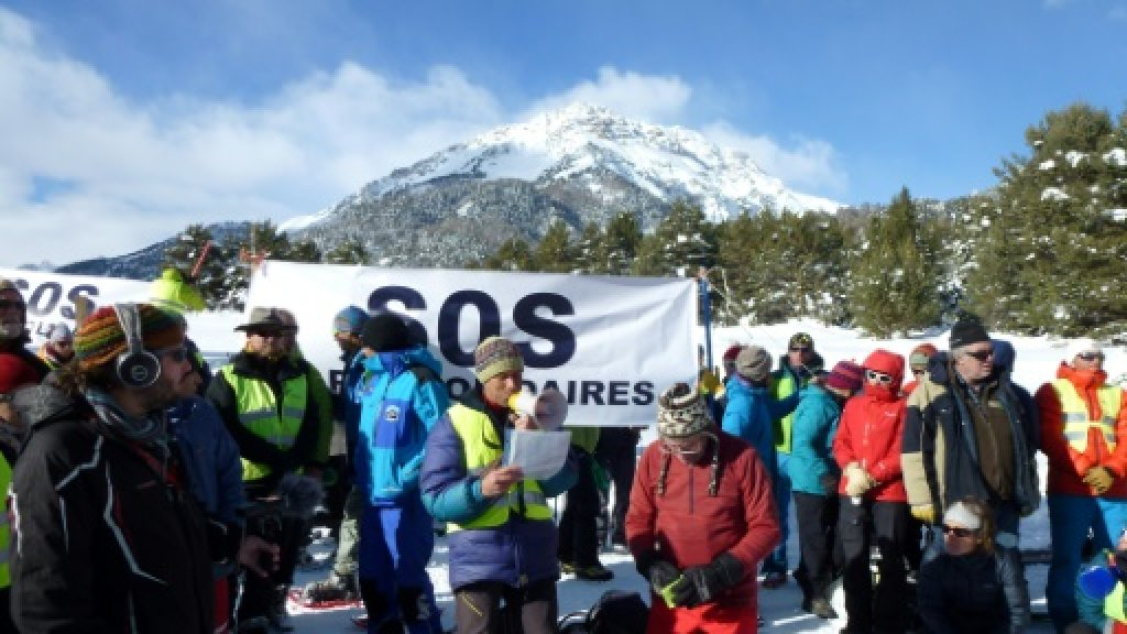 Migrants risk lives on snowy Alpine paths to reach France