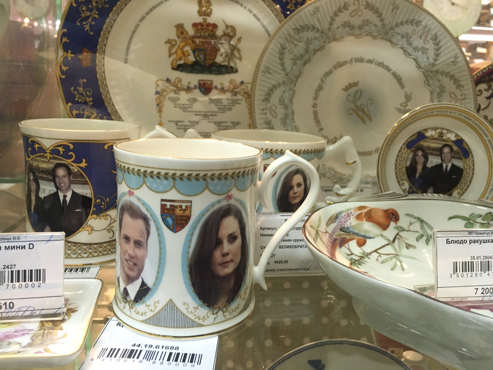 Souvenir from Russia: Kate & Wills cups & saucers on sale in Moscow. https://t.co/fJ8UjZ4Yn2