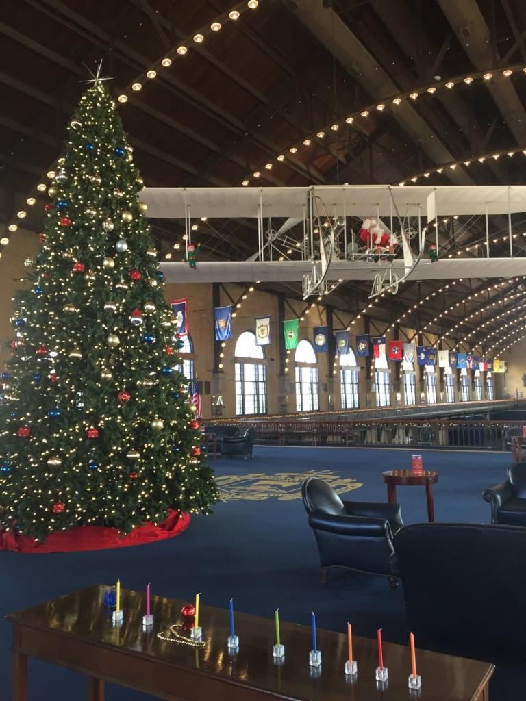 'Tis the season! RT @NavalAcademy: Dahlgren Hall is looking festive this holiday season! #HappyHolidays https://t.co/Xj91dpjdRd