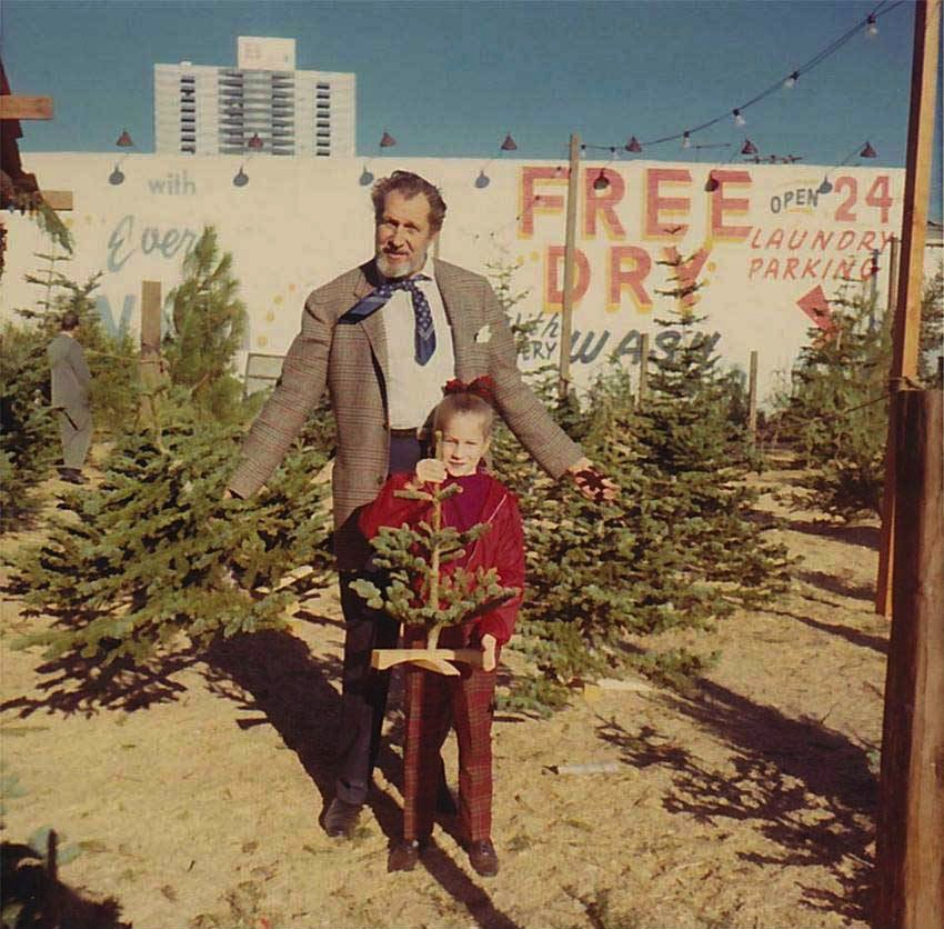 RT @Illeanarama: Vincent Price and daughter pick out a very scary little Christmas tree. https://t.co/4MWyjQm05V