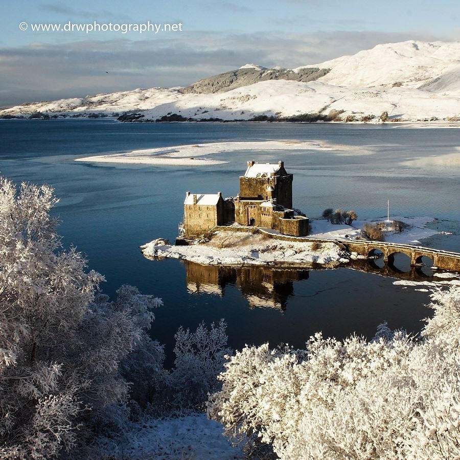 Could Eilean Donan #Castle be any more beautiful this winter?! �� #ScotSpirit �� @DRWPhotography1 https://t.co/e9f9C08JAx