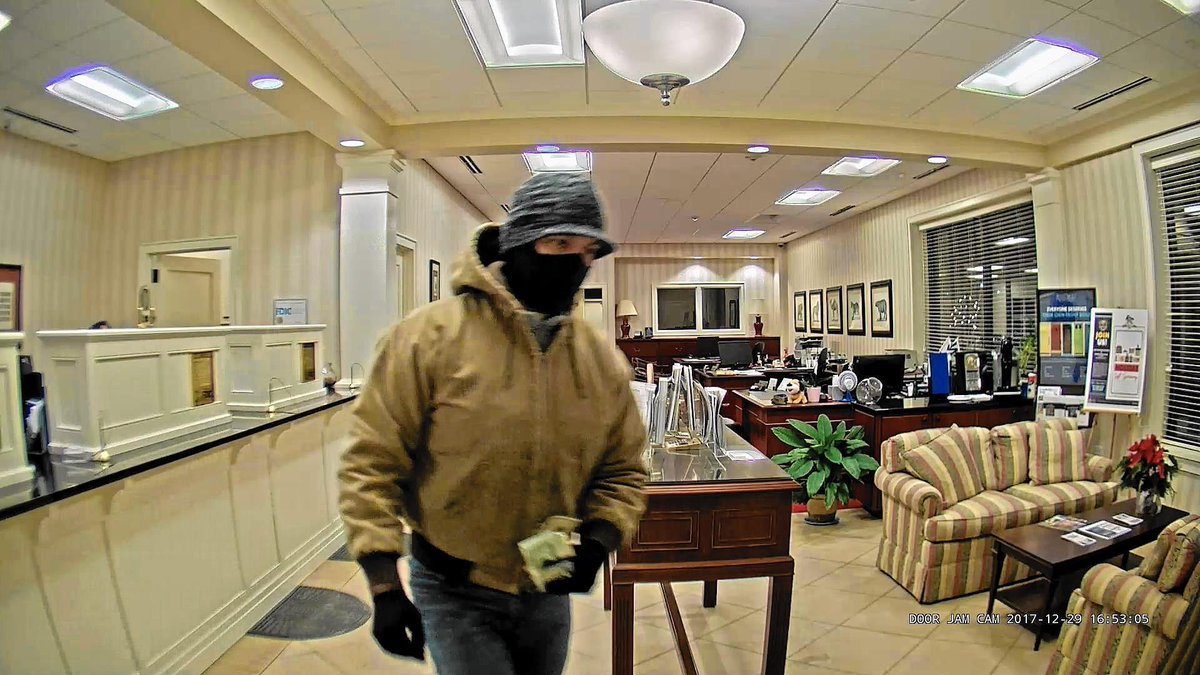 Robber hits Lake Forest bank after robbing Deerfield bank