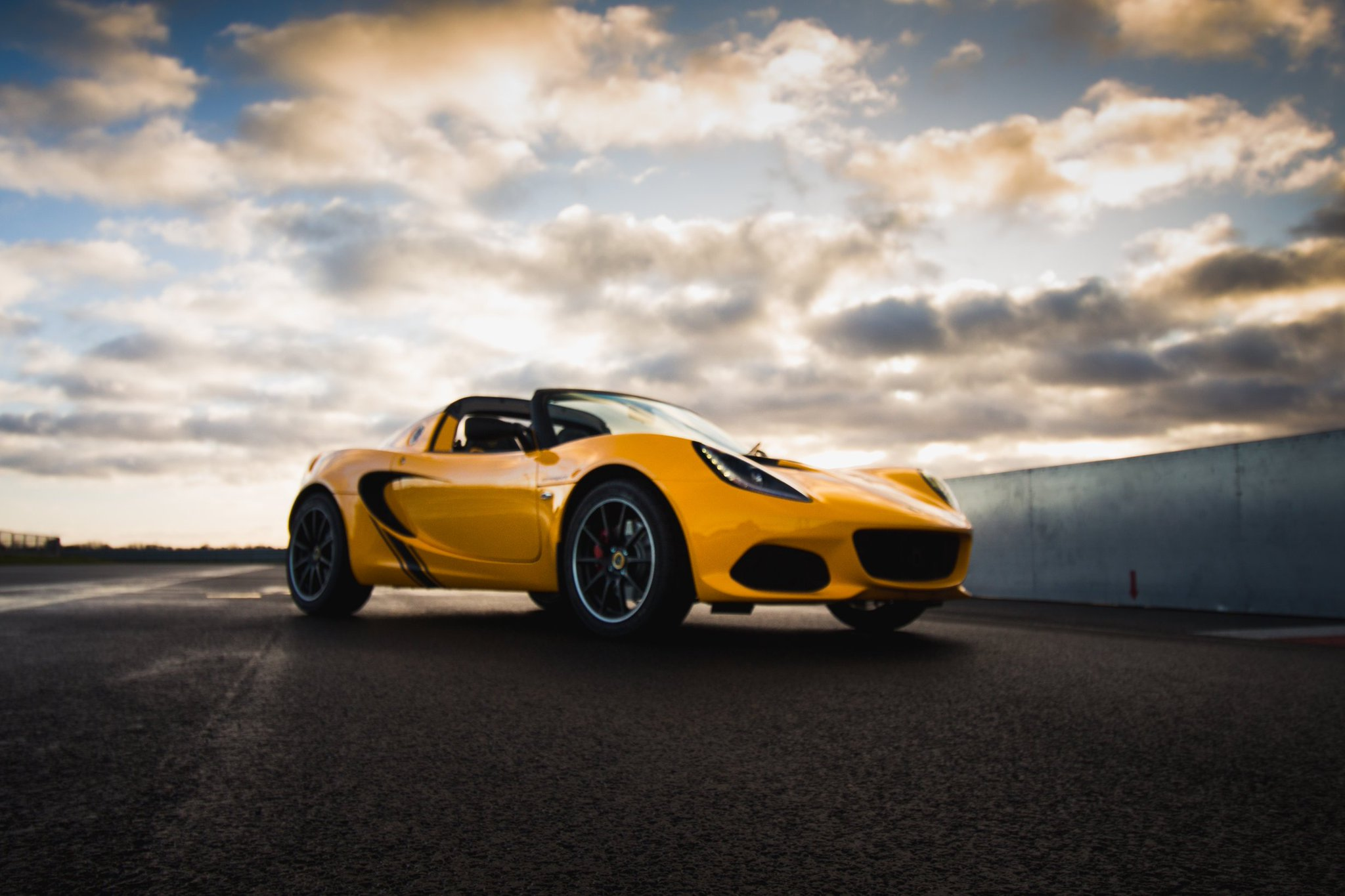 Light is bright. The sun setting on our Hethel test track with the #Elise #Sprint220 #lightisright #Lotus70 https://t.co/FpiXsb74R0