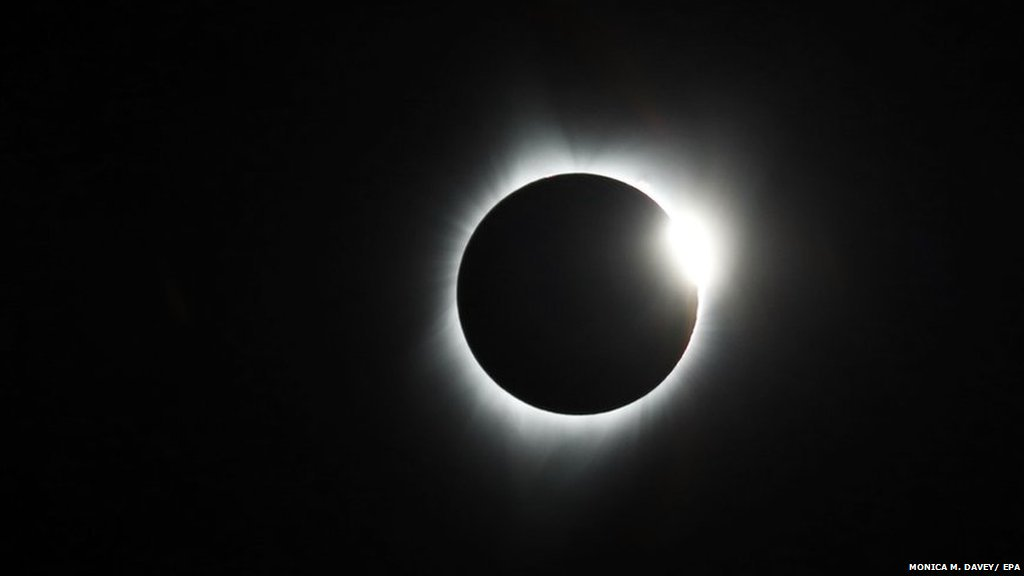 The US total solar eclipse.  One of the memories that makes up the year in pictures 2017.  https://t.co/iq1rBuSiFr https://t.co/P3tqeet5sJ