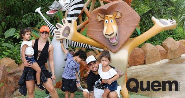Dentinho. Foto do site da Quem Acontece que mostra Dentinho e Dani Souza levam filhos a parque temático em Santa Catarina