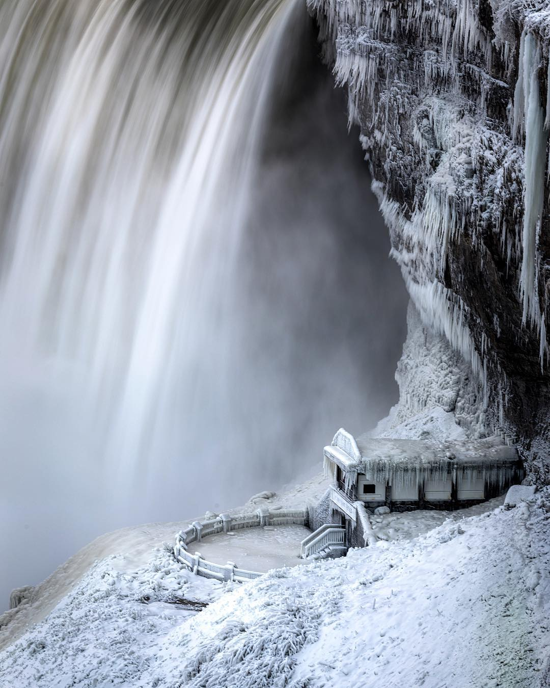 Guys, not to alarm anyone, but the Canadian side of Niagara Falls is an icy, winter wonderland right now   (via @punkodelish IG @Arjsun @AdamRDanni) https://t.co/56GNaOikjN