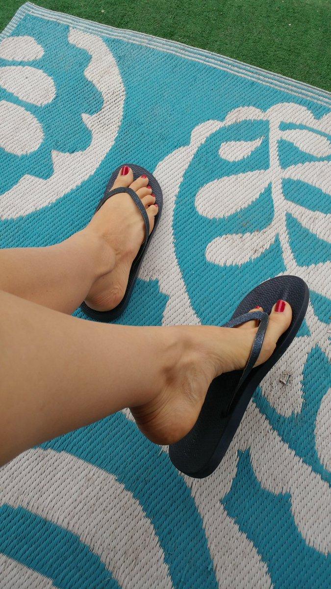 Retweet if you love my #feet BStFRmD1QW