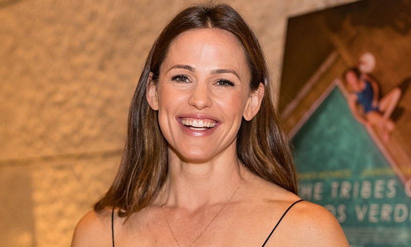 Jennifer Garner... with a moustache and a beard! You have to see the photo: