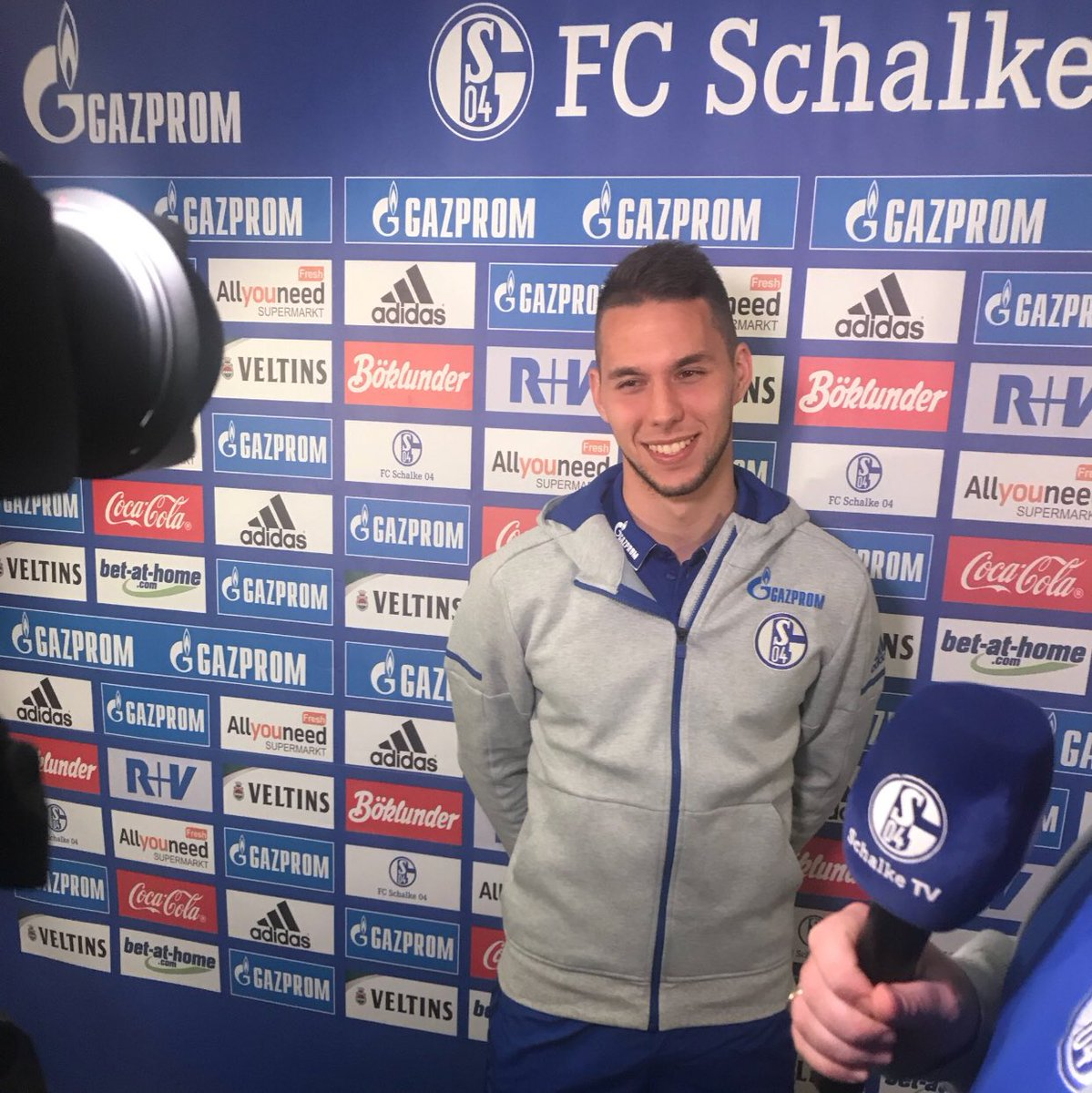 I'm very happy to open this new chapter in my career. @s04  is a big club with amazing fans and it's a privilege to be part of this. I wish to thank them for this opportunity, my injury is history, I'm ready for new challenges and sure that together we can achieve great things. https://t.co/6seoesVCBW