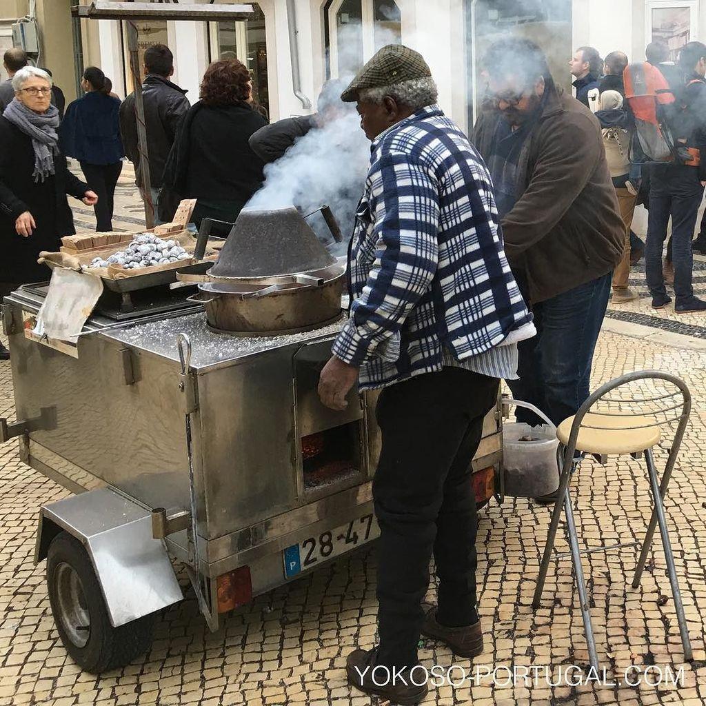 test ツイッターメディア - やっぱりこの季節は、ポルトガル名物焼き栗。モクモクと煙を上げて、街の至る所で売られています。 #リスボン #ポルトガル https://t.co/LbYyG3Rvg8