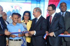 Presidente Medina inaugura escuela en Los Alcarrizos https://t.co/5wSfagNJLw https://t.co/WdkEpV5T0k