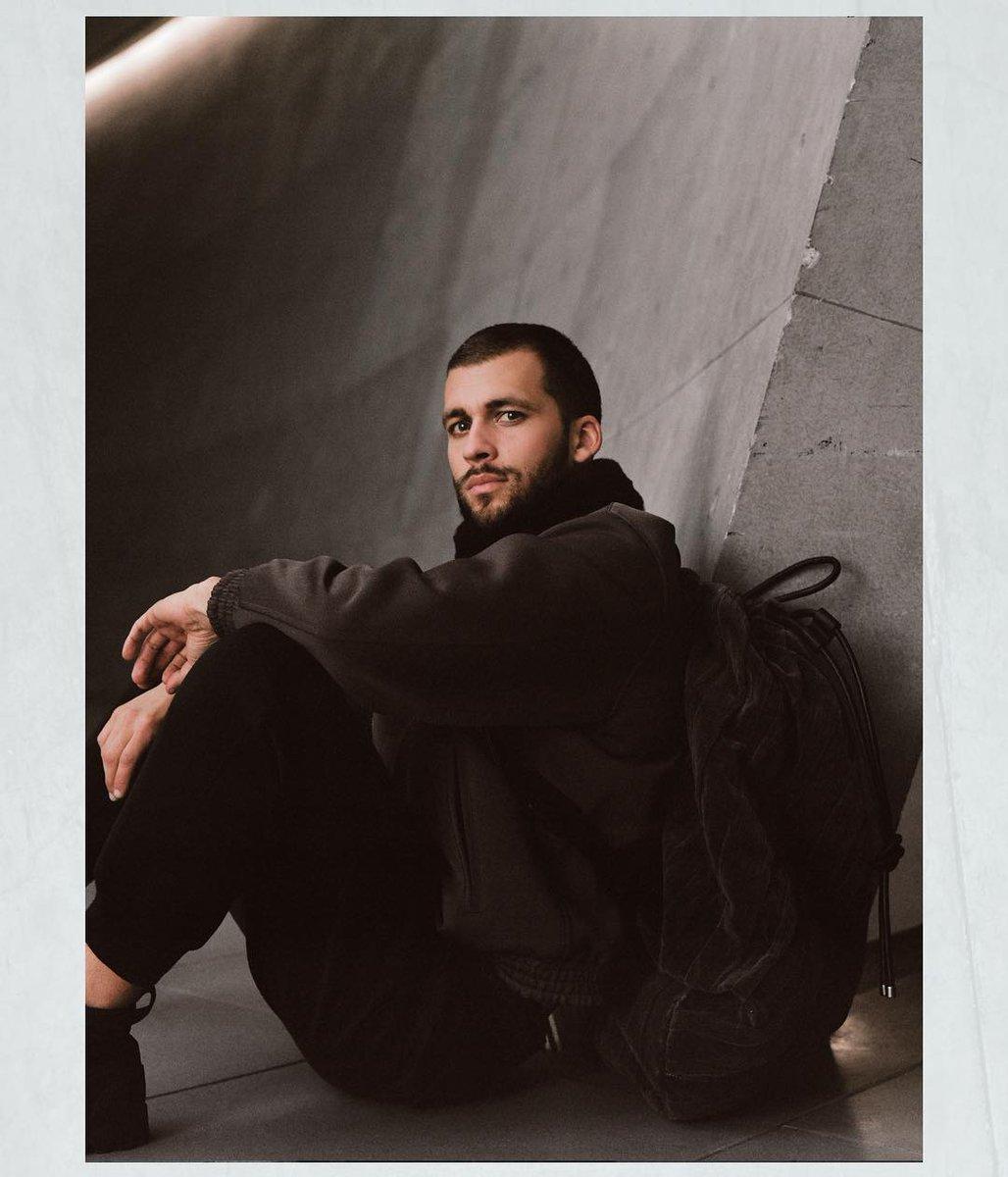 ジョルジオ アルマーニ 2018-19年秋冬メンズ・コレクションからーコレクションショーの舞台となったアルマーニ/テアトロが、ショールックの完璧な背景として存在します。 #GiorgioArmani #mfw https://t.co/H1yRNZZMwf