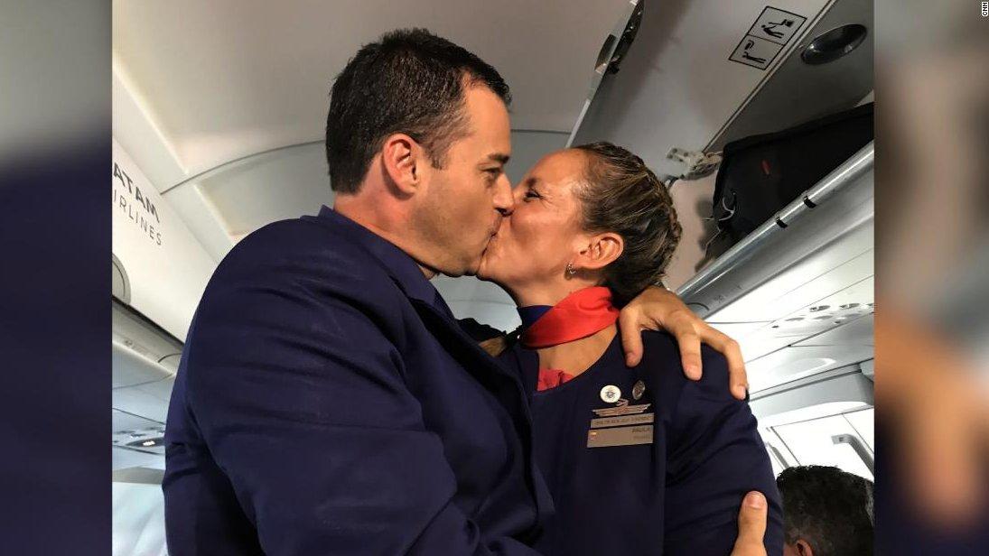 Francisco casa a una pareja a bordo del avión papal https://t.co/KcUATJncvl https://t.co/QEUp8o4HGH